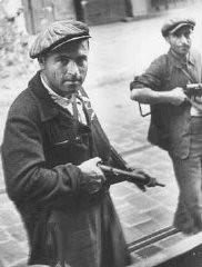Dos partisanos judíos durante el levantamiento antes de la liberación.