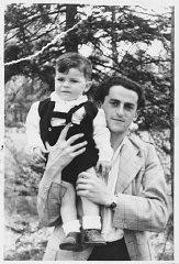Eski Bielski partizanı Josef Baldo küçük oğluyla birlikte poz verirken.