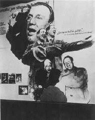 "<p>나치의 반 유태주의 전시회 ""Der ewige Jude"" (방랑하는 유태인) 전시물. 이 전시회는 유태인이 독일을 심각하게 점유하고 있다는 사실을 주장하기 위한 것이었다. 전시물의 맨 위 문구는 ""뻔뻔스러운 여흥""이라고 쓰여있다. 1938년 11월 11일, 독일, 베를린</p>"