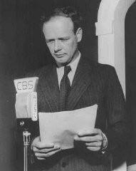 ラジオ放送で、米国は侵略される恐れがなく、外政に干渉することは危険であると主張する、航空界の英雄かつ孤立主義者のチャールズ・リンドバーグ。