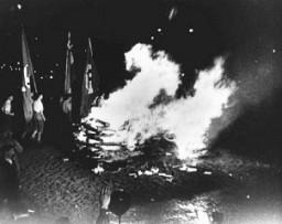"<p>برلن اوپرن پلاٹز میں ایس اے کے اہلکاروں اور یونیورسٹیوں اور کالجوں کے طلباء کی طرف سے برلن میں ""غیر جرمن"" قرار دی جانے والی کتابوں اور دیگر اشاعتی مواد کو نظر آتش کیا جا رہا ہے۔ جرمنی، 10 مئی، 1933 ۔</p>"