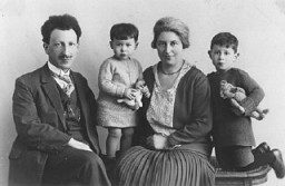 Studio portrait of the Wijnberg family. From left to right: Jonas, Henny, Mietje, and Bram.