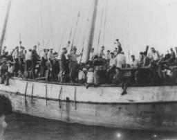 "Refugiados judíos de Checoslovaquia abordo el barco ""Ageus Nicolaus B"" de Aliyah Bet (inmigración ilegal) en ruta a Palestina."