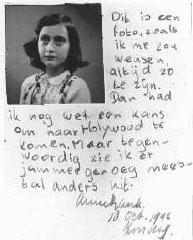 """<p>Un passo del diario di Anna Frank, datato 10 ottobre 1942: """"Questa fotografia mi ritrae come vorrei apparire sempre. Se fossi così, potrei avere ancora qualche speranza di andare a Hollywood. Ho paura, però, di avere un aspetto decisamente diverso, adesso."""" Amsterdam, Olanda.</p>"""