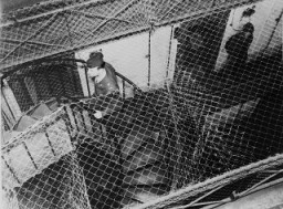 <p>用铁丝网围起的单元牢房鸟瞰照片,这里关押着国际军事法庭以战争罪审判的被告们。拍摄地点:德国纽伦堡;拍摄时间:1945 年 11 月 20 日至 1946 年 10 月 1 日之间。</p>