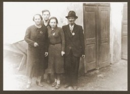 <p>Portrait of the Weidenfeld family wearing Jewish badges in the Czernowitz (Cernauti) ghetto shortly before their deportation to Transnistria. Pictured from left to right are Yetty, Meshulem-Ber, Sallie, and Simche Weidenfeld. Cernauti, Romania, October 1941.</p>