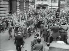 <p>La rendición formal de Alemania el 7 de mayo y el Día de la Victoria en Europa (día V-E) el 8 de mayo de 1945, quedaron marcados por celebraciones en toda Europa. Esta película muestra las calles de París y de Londres llenas de gente que celebra la victoria incondicional de los Aliados sobre la Alemania nazi y el fin de la guerra en Europa.</p>