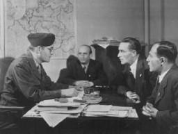 Miembros de la comunidad judía alemana se reúnen con David Wodlinger (izquierda) del Comité para la Distribución Conjunta.