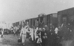 <p>Deportation of Jews from the Warsaw ghetto. Jews from the ghetto board a deportation train with the assistance of Jewish police. Warsaw, Poland, 1943.</p>