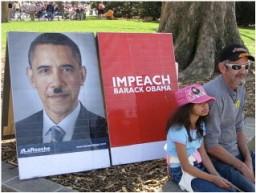Due dimostranti fotografati durante un raduno del Tea Party.