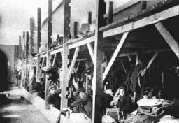 """<p>Judeus da Trácia e da Macedônia, então ocupadas pela Bulgária, confinados na fábrica de tabaco """"Monopol"""", a qual era utilizada como um campo de trânsito onde os prisioneiros eram alojados antes de serem enviados para o extermínio ou o trabalho escravo.  Posteriormente, foram todos deportados para o campo de extermínio de Treblinka.  Skopje, Macedônia.  Foto tirada entre 11-31 de março de 1943.</p>"""