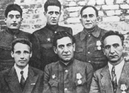 <p>Chefs des partisans juifs de Minsk peu après la Libération. De gauche à droite : (premier rang) B. Haimowicz, S. Zorin, H. Smoliar ; (deuxième rang), C. Feigelman, Y. Kraczynsky et N. Feldman. 1944</p>