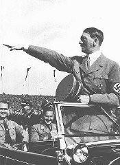 Hitler salue les jeunes rangs du congrès du Parti nazi.