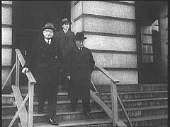<p>Miközben japán diplomaták Washington fővárosban Cordell Hull amerikai külügyminiszterrel tárgyaltak, japán repülőgépek lebombázták a Pearl Harbor-i haditengerészeti támaszpontot. A meglepetésszerű támadás  felháborította az amerikai közvéleményt háttérbe szorítva az elszigetelődéspárti érzéseket, és az Egyesült Államok a következő napon hadat üzent Japánnak.</p>