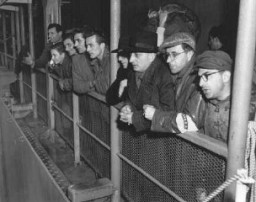 """<p>Groupe de personnes déplacées, sous la protection de l'UNRRA (Administration des Nations Unies pour les secours et la reconstruction), devant être rapatriées. Montées à bord du """"Marine Falcon"""", elles font leurs adieux à leurs compagnons. Shanghai, Chine, 1946.</p>"""