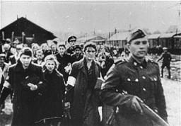 <p>Una imagen fija tomada de un filme de la época, en la que se muestra la deportación de judíos de un ghetto no identificado. La fotografía se tomó entre octubre de 1940 y mayo de 1943.</p>