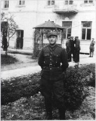 "<p><a href=""/narrative/11910/en"">Ben Kamm</a> in uniform after the war.</p>
