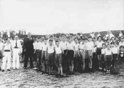 <p>Jewish children gathered for a sporting event in a summer camp organized by the Reich Union of Jewish Frontline Soldiers. Germany, between 1934 and 1936.</p>