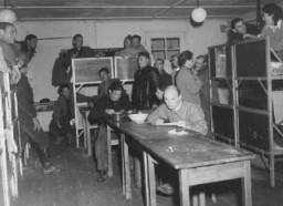 Refugiados judíos en las barracas en el campo de personas desplazadas de Feldafing.