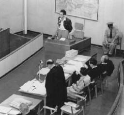<p>الشاعر اليهودي والفدائي أبا كوفنر, الناجي من الحي اليهودي فيلنا, يشهد خلال محاكمة أدولف أيشمان. القدس. إسرائيل في 4 مايو 1961.</p>