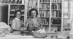 Dos refugiadas judío-alemanas detrás del mostrador de la tienda de comestibles Elite (delicatesen) en Shanghai.