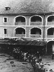 Détenus attendant leur ration de nourriture. Ghetto de Theresienstadt, Tchécoslovaquie, entre 1941 et 1945.