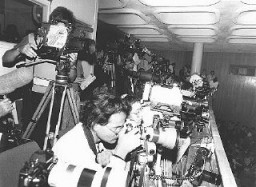 "<p>Members of the press during the trial of <a href=""/narrative/11530/en"">John Demjanjuk</a>. Jerusalem, Israel, March 18, 1987.</p>"