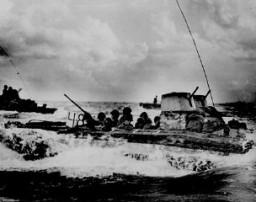 <p>Transport de troupes amphibie chargé de marines américains se dirigeant vers les plages de Tinian, une île de l'océan Pacifique. Juillet 1944.</p>