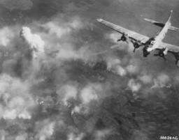 Bombatámadás az auschwitzi tábor egy része felett.