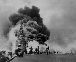 <p>Des marins américains luttent pour contenir les dégâts d'une attaque kamikaze lors de l'invasion américaine d'Okinawa, la plus grande des Îles Ryukyu (les îles les plus proches de la métropole japonaise). 11 mai 1945.</p>
