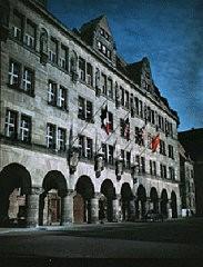 <p>Дворец правосудия в Нюрнберге, где состоялся судебный процесс Международного военного трибунала над военными преступниками. Флаги четырех стран-обвинителей (французский, американский, британский и советский) висят над входом.</p>