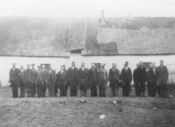 <p>Apel di sebuah kamp interniran bagi orang Roma (Gipsi). Lackenbach, Austria, 1940-1941.</p>