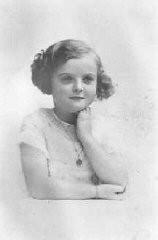 <p>Jacqueline Morgenstern, 7 anos de idade, mais tarde uma vítima de experiências médicas com tuberculose no campo de concentração de Neuengamme. Ela foi assassinada pouco antes da libertação do campo. Paris, França, 1940.</p>