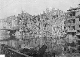 """<p><span style=""""font-weight: 400;""""><span lang=""""FR"""">Immeubles le long de la Meuse détruits pendant la bataille de Verdun, décembre 1916. Ce combat est l'un des plus longs et des plus meurtriers de la <a href=""""/narrative/28"""">Première Guerre mondiale</a></span>. </span><span style=""""font-weight: 400;"""">© IWM (Q 67594)</span></p>"""