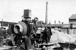 <p>إنشاء مصنع أسكار شندلر للأسلحة بمدينة برونلتس. تشيكوسلوفاكيا, أكتوبر 1944.</p>