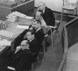 <p>النائبون العامون من بينهم النائب العام الجينيرال جيديون هاوزنر (على اليسار الأسفل) خلال محاكمة أدولف أيشمان. القدس إسرائيل 30 مايو 1961.</p>