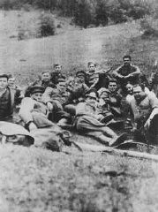"<p>أعضاء وحدة المناصرين السلوفاكية ""Petofy"" قبل الذهاب في مهمة. كان قائدهم هو القائد اليهودي المناصر كارول أدلر. وقد شاركت هذه الوحدة في الثورة السلوفاكية الوطنية ضد الألمان. تشيكوسلوفاكيا، عام 1943 أو 1944.</p>"