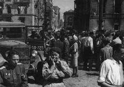 <p>Des soldats soviétiques dans une rue de la zone d'occupation soviétique de Berlin à la suite de la défaite de l'Allemagne. Berlin, Allemagne, après le 9 mai 1945.</p>