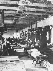 Internés juifs dans leurs baraques (Blocks) dans le camp de concentration italien de Ferramonti di Tarsia.