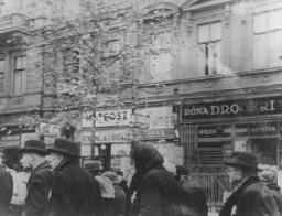 Des Juifs âgés sont transférés des résidences qui leur avaient été attribuées vers une zone du ghetto.