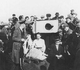 Humiliation publique de Juifs. Tarnów, Pologne, 1940.