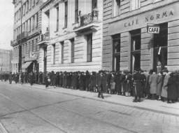 Judíos esperan en el consulado de Polonia para obtener visas de entrada a Polonia después de la anexión de Austria por parte de ...