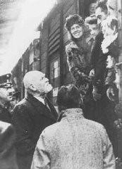 Des réfugiés juifs autrichiens rapatriés, venant de Shanghai, arrivent à Vienne.