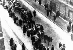 <p>犹太人被迫搬进罗兹隔都。拍摄地点:波兰罗兹;拍摄日期:不确定。</p>
