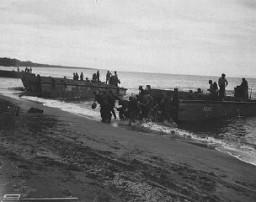 <p>Les troupes américaines débarquent sur l'île de Guadalcanal, dans l'archipel des îles Salomon. Guadalcanal a été l'enjeu de batailles cruciales en 1942-1943. La victoire américaine dans les îles Salomon stoppa l'avance japonaise dans le Pacifique Sud. Guadalcanal, août 1942.</p>