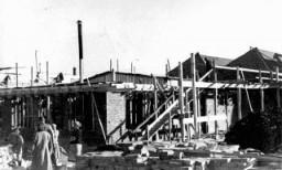 <p>Construction de l'usine d'armements d'Oscar Schindler à Brünnlitz. Tchécoslovaquie, octobre 1944.</p>