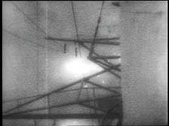 """<p>Les pilotes japonais utilisèrent la tactique des attaques kamikazes (suicidaires) contre les navires alliés en 1944 et en 1945. Le """"USS Nevada,"""" malgré son escorte et ses tentatives de repousser une attaque kamikaze, fut touché début 1945 au large des côtes du Japon, tout comme le porte-avions """"USS Ticonderoga,"""" toujours début 1945, au large de Formose (Taiwan). L'impact des attaques kamikazes diminua pendant les derniers mois de la guerre du Pacifique, en partie en raison de l'amélioration des tactiques d'évasion des Alliés.</p>"""