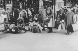 <p>Judíos alemanes abordan un tren que los deporta a Theresienstadt. Hanau, Alemania, 30 de mayo de 1942.</p>
