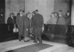 <p>Adolf Hitler (la main sur la balustrade) avec Hermann Goering (second à la gauche d'Hitler) et Joseph Goebbels (troisième à la gauche d'Hitler) sur les lieux de l'incendie qui avait endommagé le bâtiment du Reichstag (Le parlement allemand). Berlin, Allemagne, février 1933.</p>
