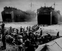<p>Des bateaux de ravitaillement renforcent les forces américaines dans l'île philippine de Leyte pendant l'invasion américaine des Philippines. 1944.</p>